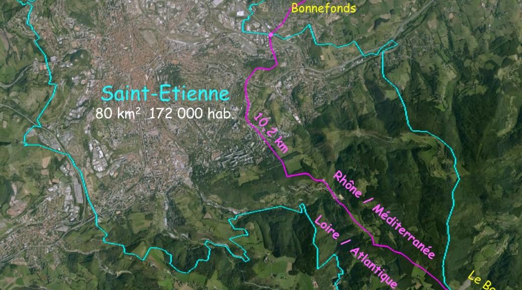 La ville de Saint-Etienne, réprésentée ici sans son enclave qui borde la rive droite de la Loire, est la ville la plus peuplée de la ligne A/M.