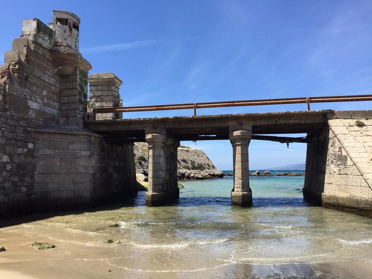 Un petit pont entre Atlantique et Méditerranée relie l'isla de las Palomas à Tarifa