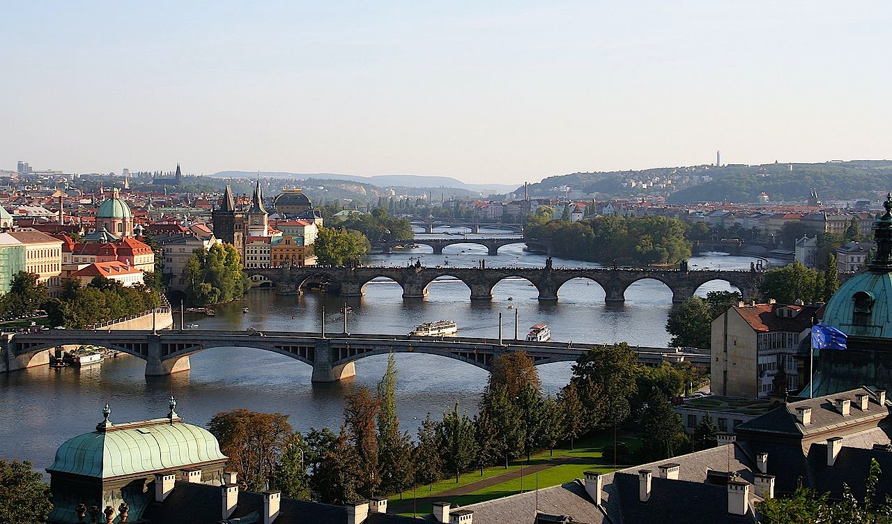 Ponts de Prague sur la Vltava (source wikimédia / che)