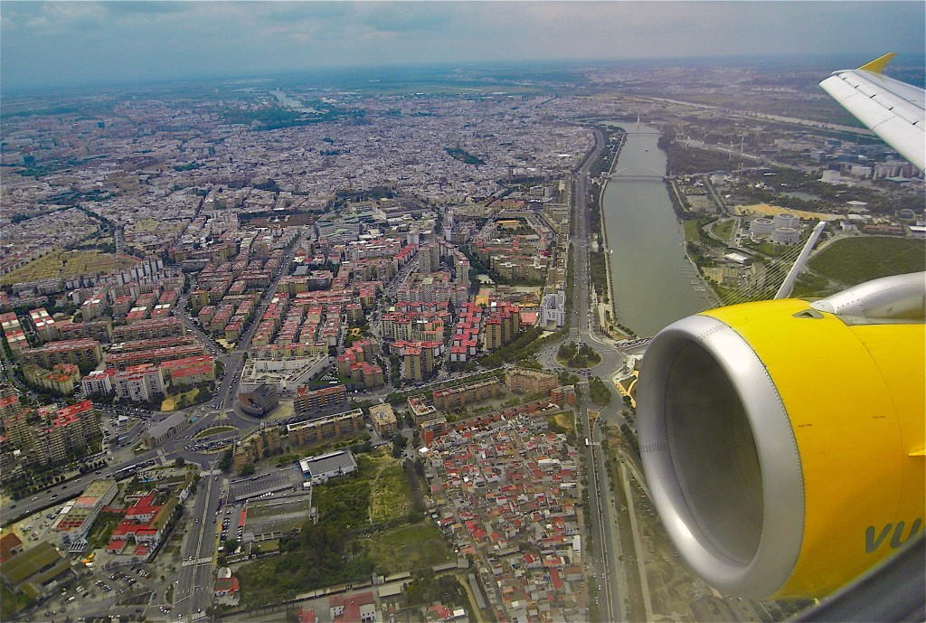 "Arrivée à Sevilla au-dessus de la ""darse"" du Guadlaquivir. © plblaix"