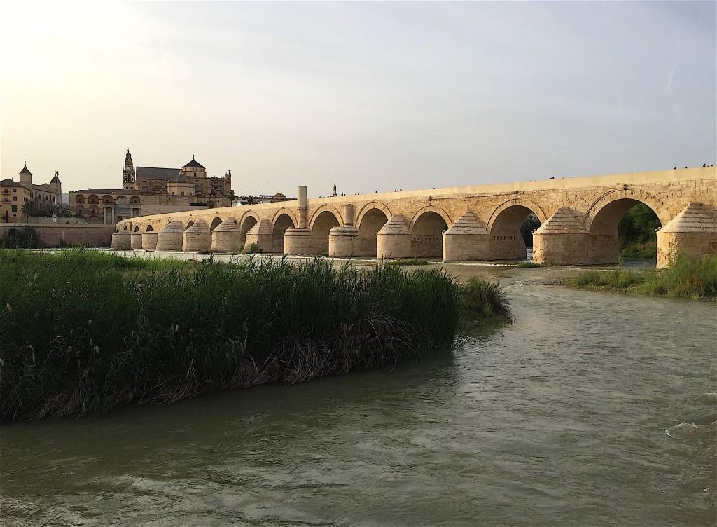 Puente Viejo de Córdoba sur le Guadalquivir. Ici passe le Camino Mozarabe.