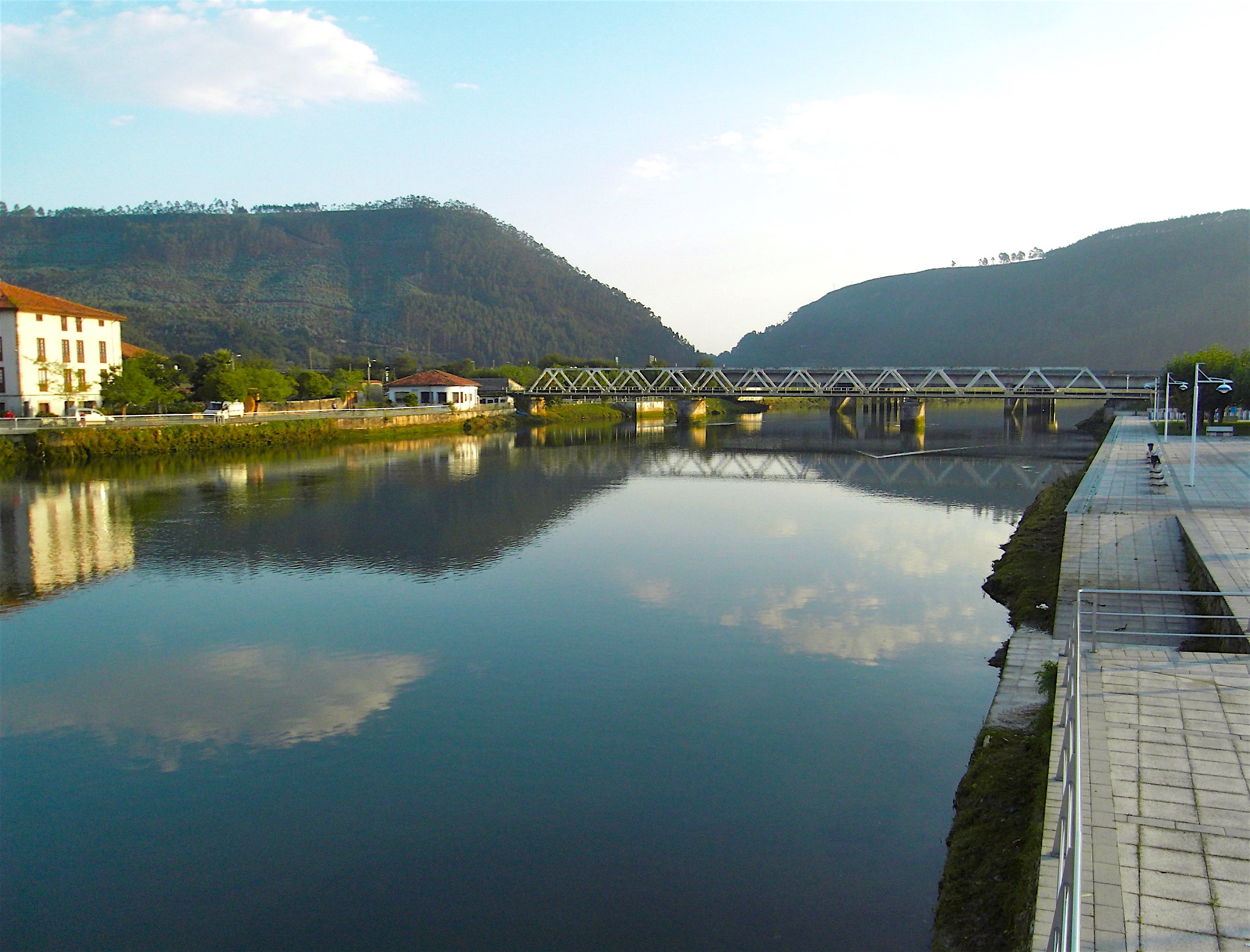 Le río Deva (fleuve orphelin), sur le camino del Norte, sépare Cantabria et Asturias © plblaix