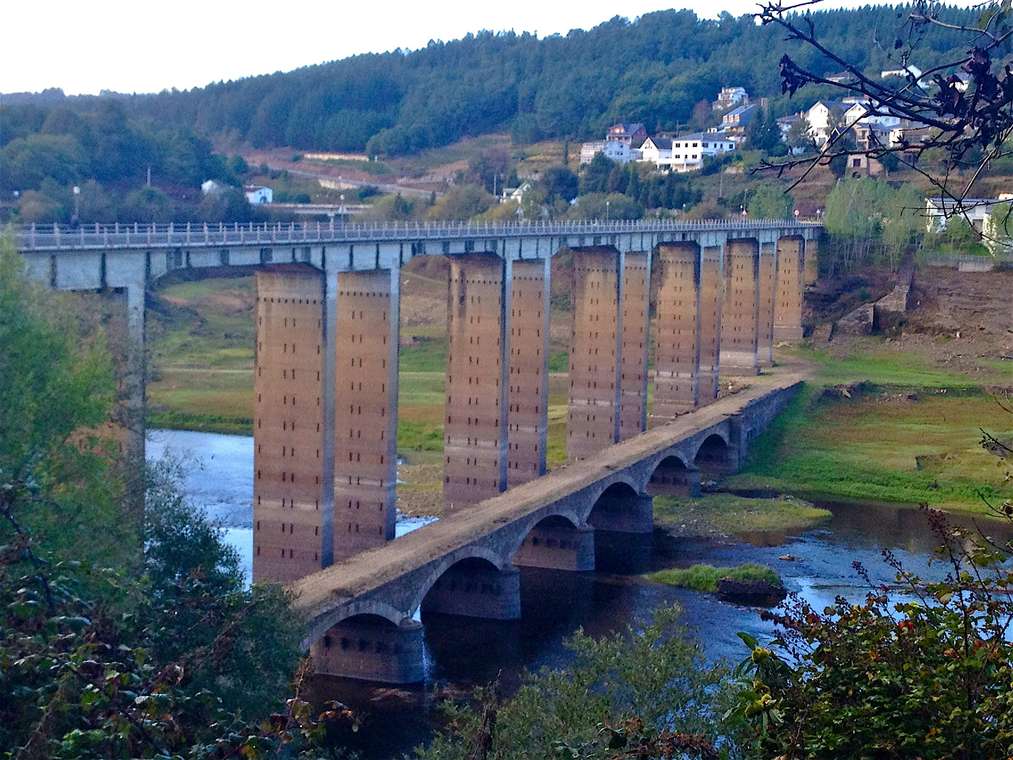 Ancien et nouveau pont de Portomarín sur le Miño (embalse de Encoro) ©plblaix