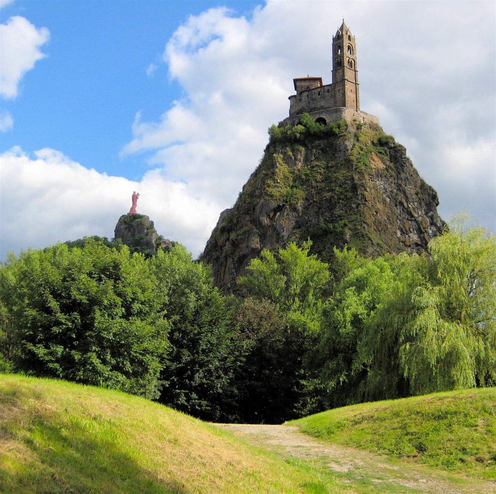 Le Puy-en-Velay avec ses édifices religieux au sommet de pitons volcaniques